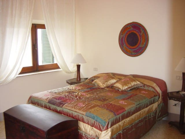 Camera 2 - Second double bedroom with king size bed