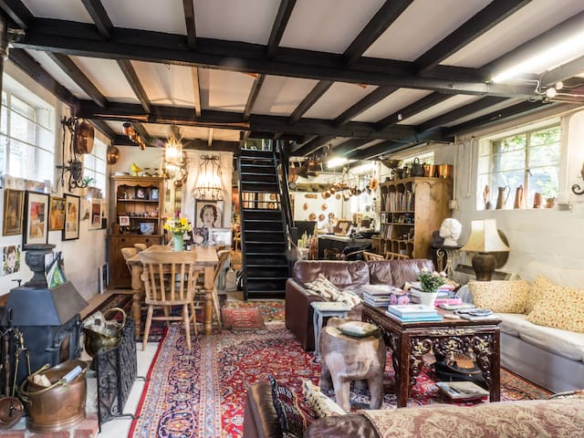 Quirky and unusual artists home - West Sussex - Hus
