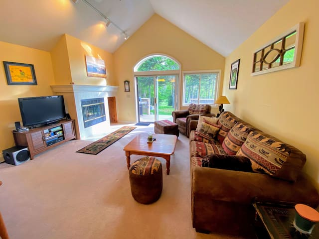 FV29: Lovely Fairway Village Condo with Great Mountain Views, just a 10 minute walk from Omni Mount Washington Hotel! Free resort shuttle. Perfect home base for skiing, hiking, golfing, and much more! PROFESSIONALLY CLEANED!