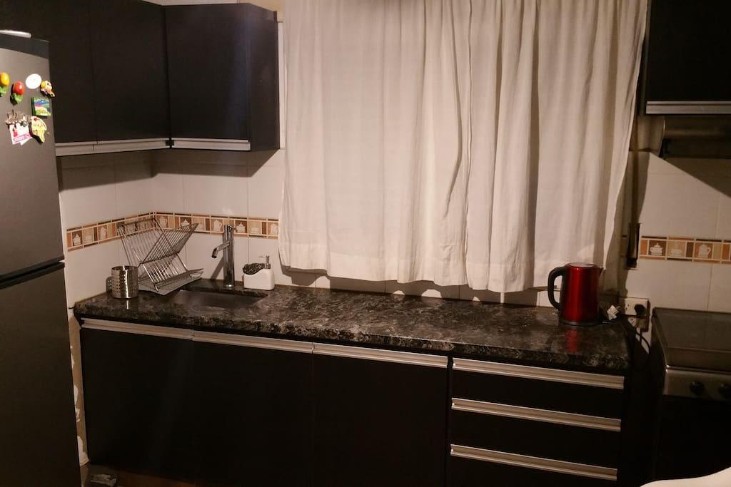 Cocina con horno, microondas. Puedes utilizar todos los utensillos así como lo necesario para tu desayuno, té, café, leche.