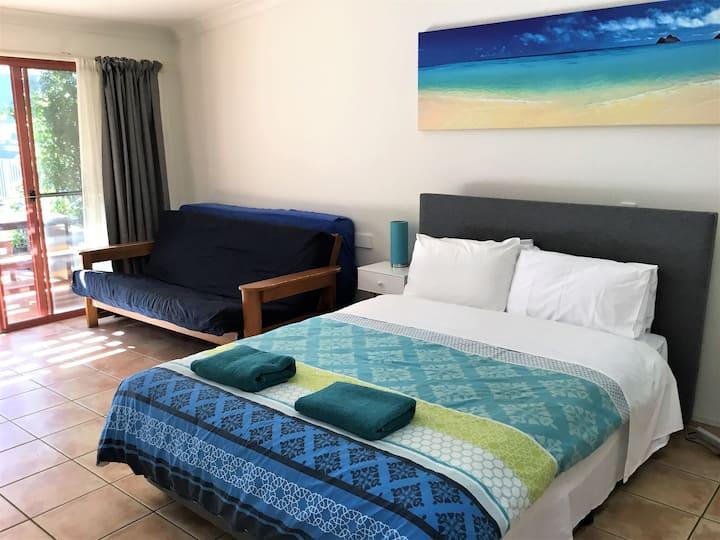 BYRON BEACH HOUSE STUDIO 50m beach, shops
