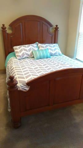 Queen bed in Bedroom 1