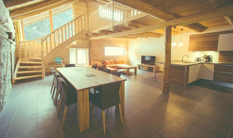 Chalet de luxe, jacuzzi à débordement et sauna.