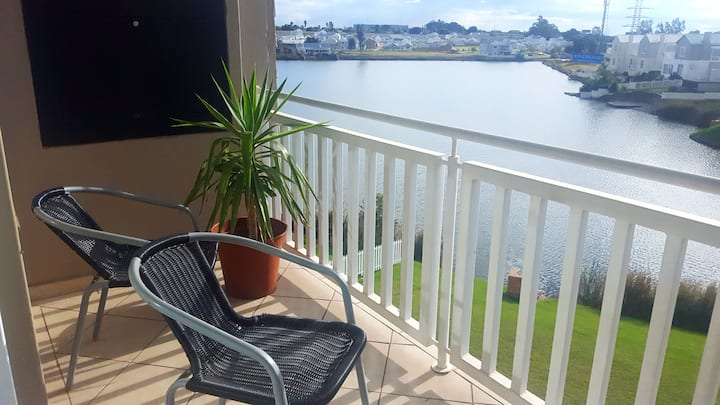 Apartment in Waterkloof overlooking a lake