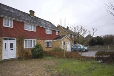 LARGE DOUBLE ROOM IN MAIDSTONE - PARKING & GARDEN - Maidstone - Дом