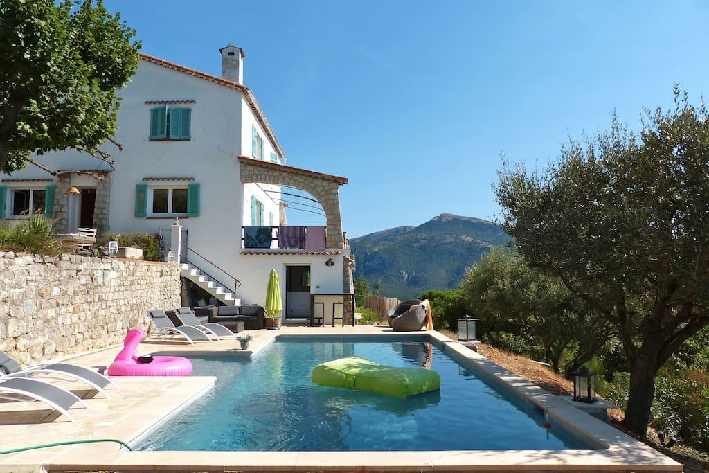 La villa et sa piscine