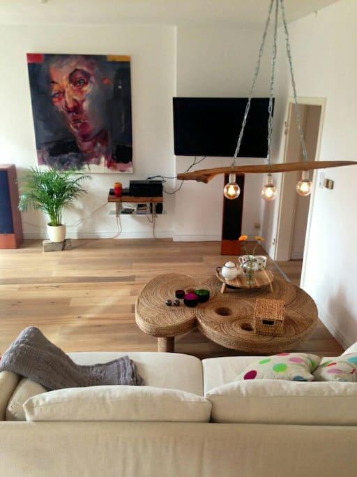 Blick ins Wohnzimmer auf den großen Fernseher (42 Zoll).