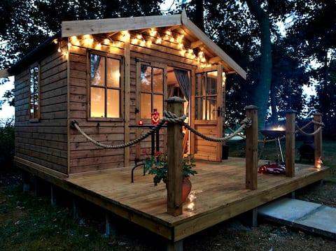 Cosy Woodland Cabin with logburner