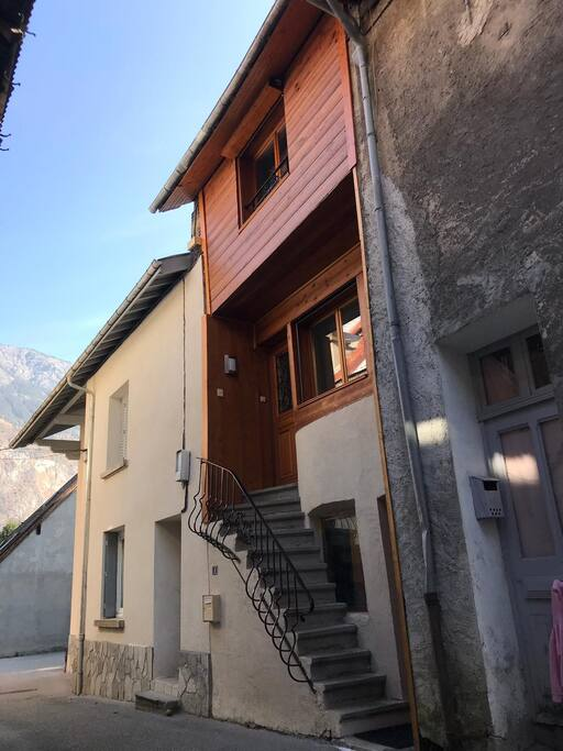 This pretty town house has the prefect location in the centre of Bourg d'Oisans