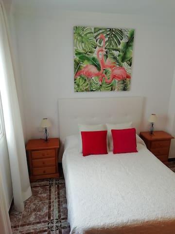 Otro dormitorio con cama de matrimonio, armario y aire acondicionado
