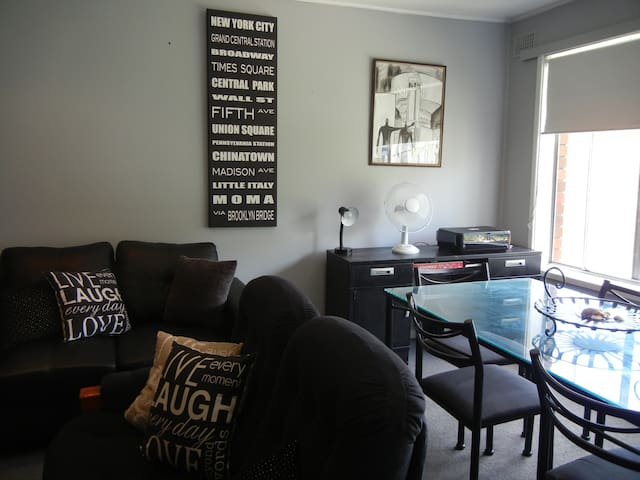 CHIC & ROOMY - INNER CITY NEWCASTLE -2 BEDROOM APT