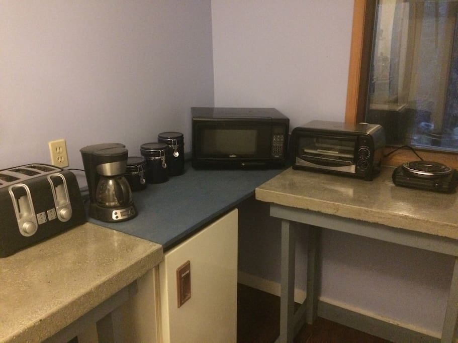 A fridge, hot plate, toaster oven and microwave makes it easy to prepare snacks and light meals. We provide coffee as well a few other goodies.