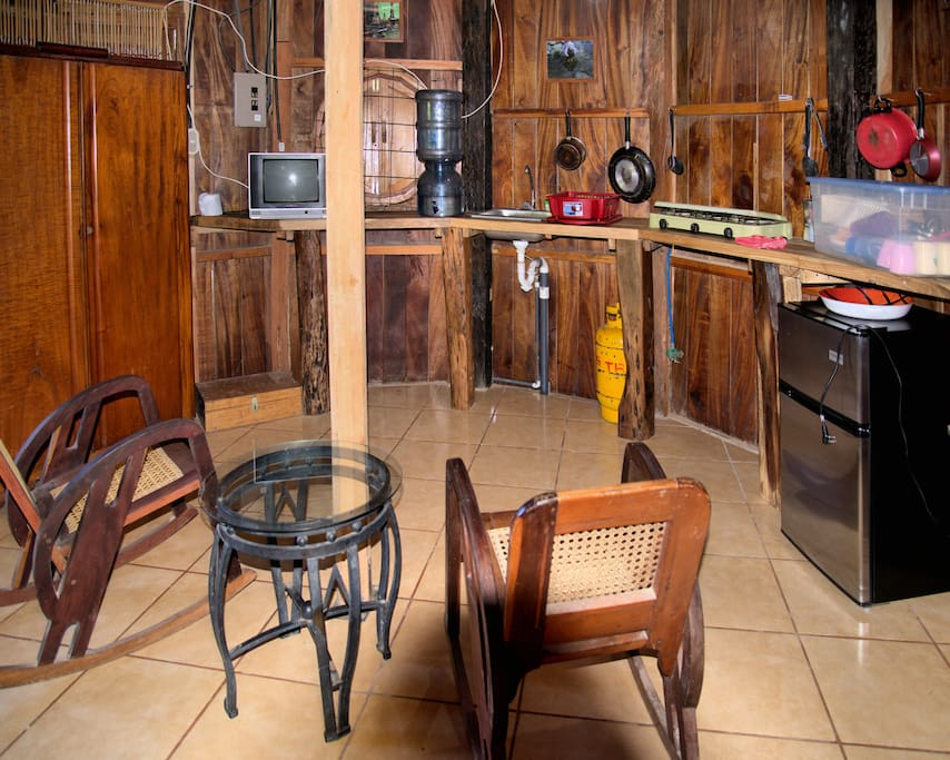 Kitchen-living area with cable TV / Sala-cocina con telecable