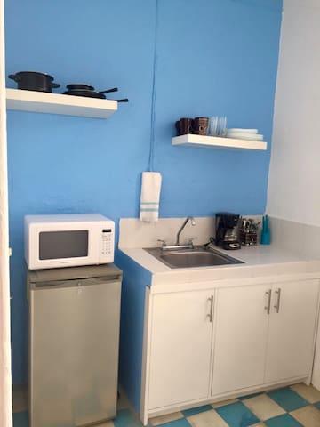 Horno de microondas, cafetera, Café chiapaneco de cortesía, frigobar, parrilla, utensilios de cocina, cubiertos, tazas, platos y vasos