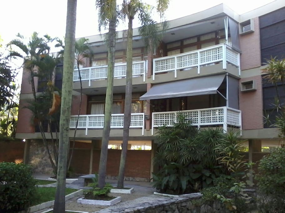 Visão parcial dos terraços. O prédio tem somente estes dois andares.