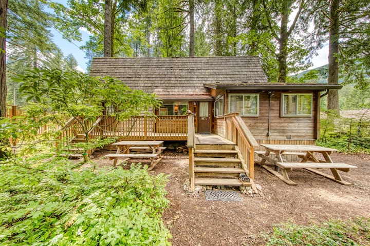 Charming, two-level A-frame w/ a balcony - close to golf & Mt. Hood skiing