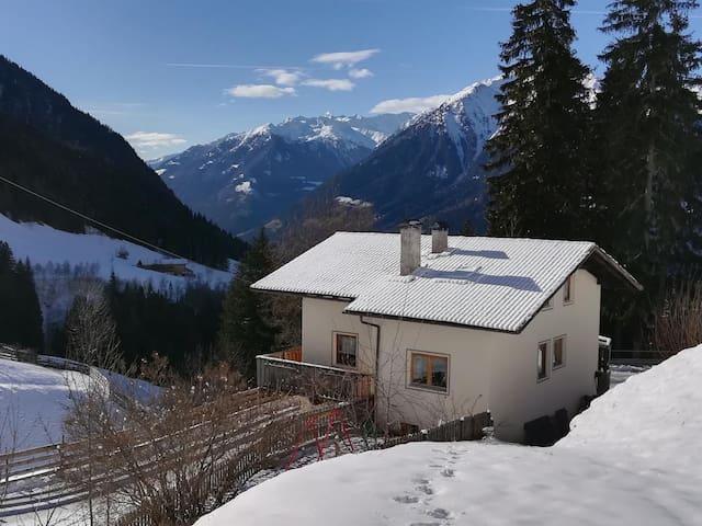 """Wunderschönes Ferienhaus """"Ferienhaus in der Blaiche"""" mit Bergblick, WLAN, Balkon, Garten, Terrasse und Sauna; Parkplätze vorhanden"""