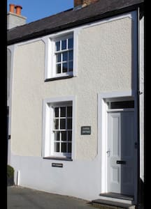 Beautiful Castle Cottage in the heart of Conwy