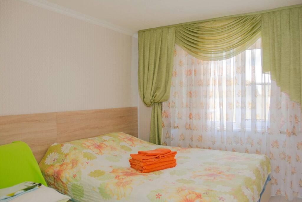 Двухспальная кровать с возможностью разделения на одного человека.