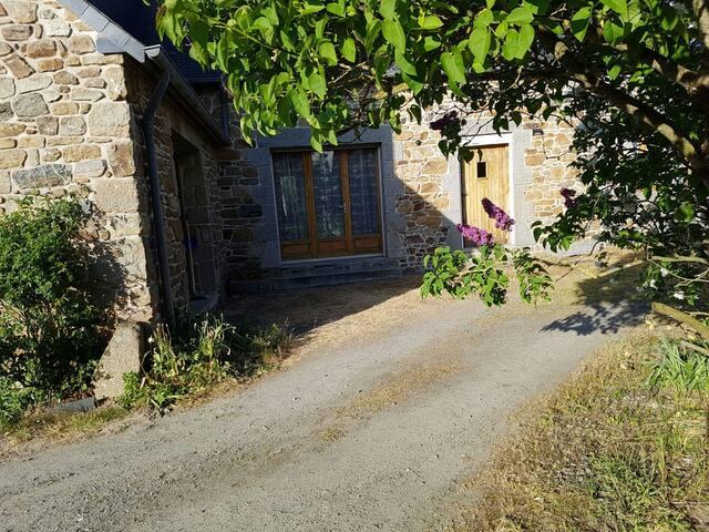 Chambre privée dans maison en pierre à la campagne - Yffiniac - House