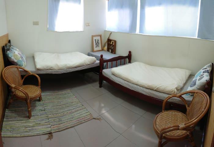 窩台東 / 雙人房(兩單床/ 近鐵花村 /交通位置極佳  / 此為單人房價