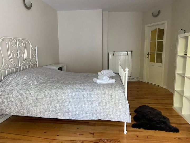 Spacious room with a garden and parking space