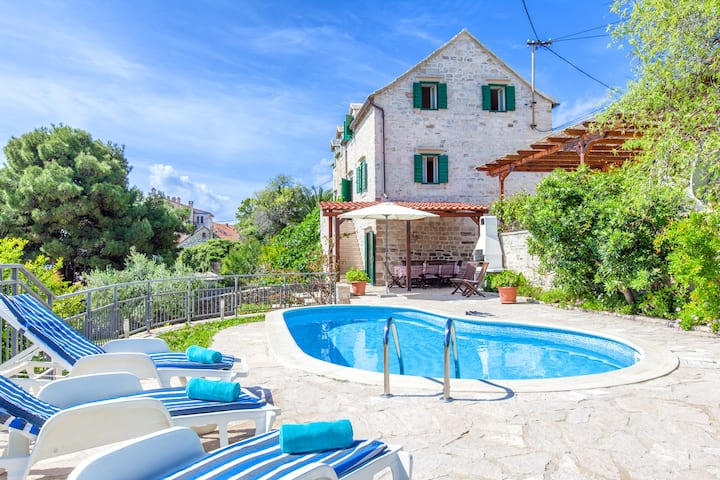 Villa with pool/sea views,few meters from the sea