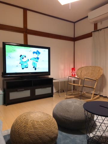 Enjoy various video delivery services on a 50-inch large screen...especially recommended to sit on this new hand-made rattan rocking chair.★您可以在50英寸的大屏幕上享受各种视频传输服务!特别推荐坐一下这个新设计的手编GRÖNADAL/ Gronadal藤条摇椅
