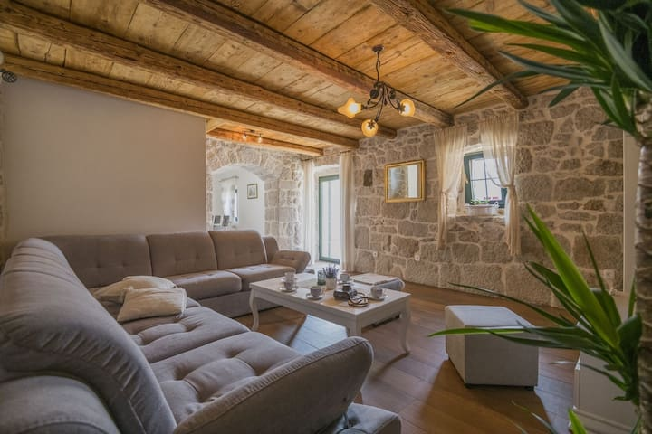 ctim272- Renovated old stone house with swimming pool, 8 + 2 persons, barbecue, free wifi