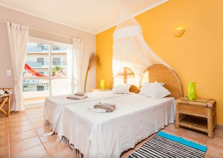 Sunny 1 Br.apt with pool + balcony, 10min to praia