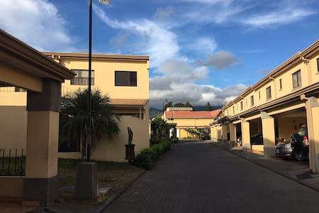 Perfectly located 2-bedroom home - Desamparados - Hus