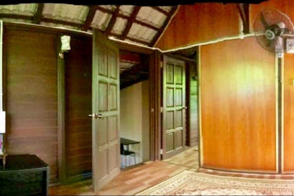 Pintu masuk ke dapur dan bilik(pandangan dari ruang tamu)
