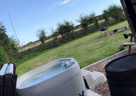 Hut No.2 @ Spitfire Barn: Hot tub | Drench Shower