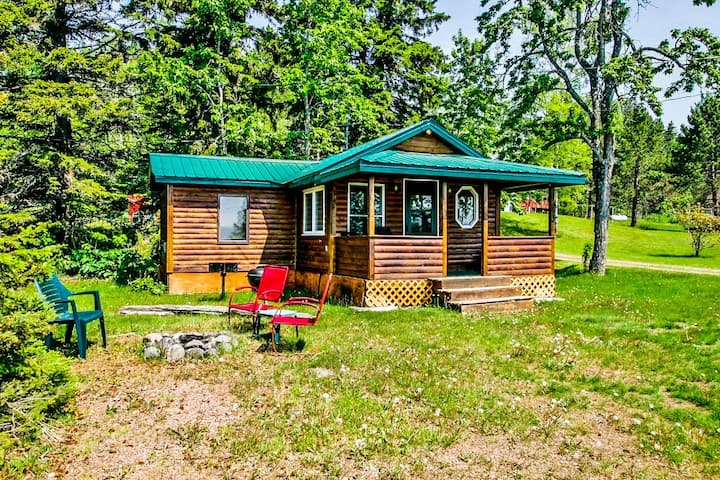 Opels Cabin 2 begs you to come visit this cute little vacation cottage in Grand Marais