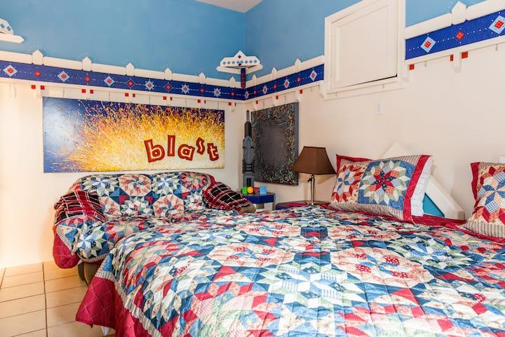 SUNNY SIDE INN - Cozy, colorful, artful and fun!!!