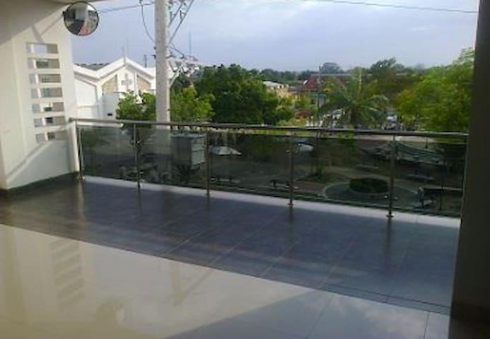 Balcón con vista al parque.