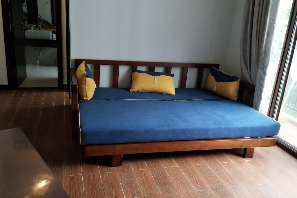 客厅:全实橡木沙发床,冰箱、电视、WIFI配齐。
