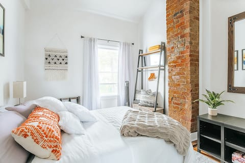 ⋆Best of Downtown & Belmont in Historic Home/ 2bd⋆
