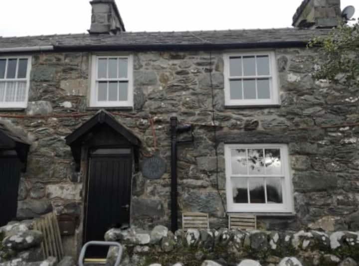 Dyffryn Ardudwy open plan Cottage with log burner