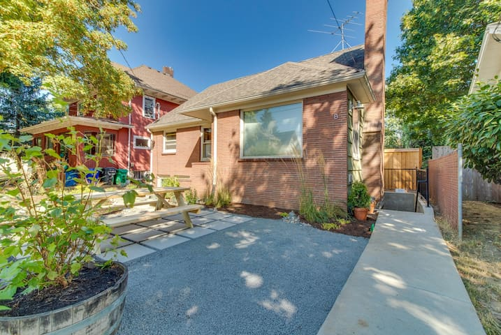 Dog-friendly home with free WiFi, close to MAX line and downtown!
