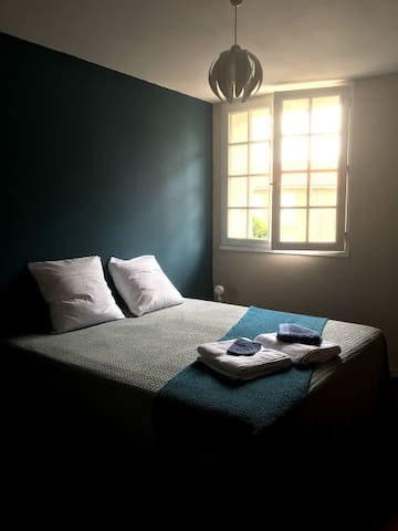 Un lit XXL avec des draps en lin ou coton Égyptien pour une douce nuit. Ce lit peut se transformer en 2 couchages.