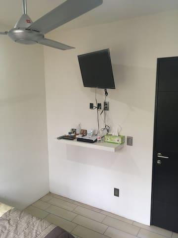 Recámara 1, con cama Queen size, aire acondicionado , ventilador, y baño privado, no tiene closet, solo cajonera