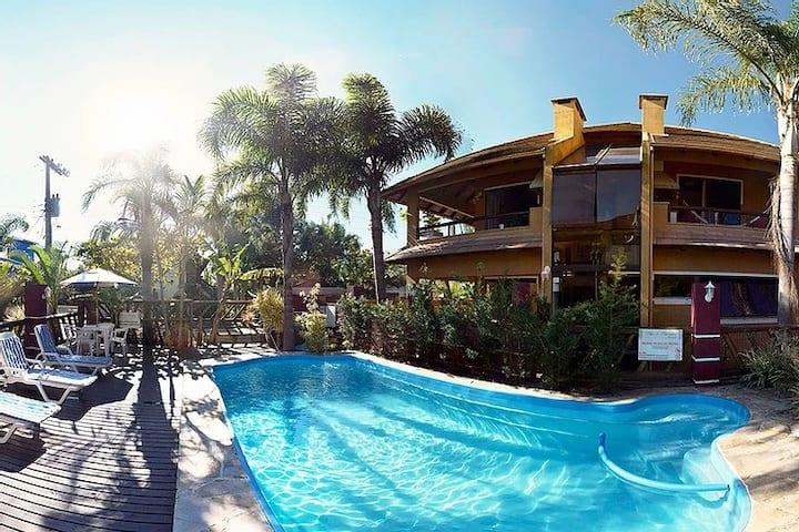 Casa Térrea 3q/3wc em Condomínio com Ar e Piscina
