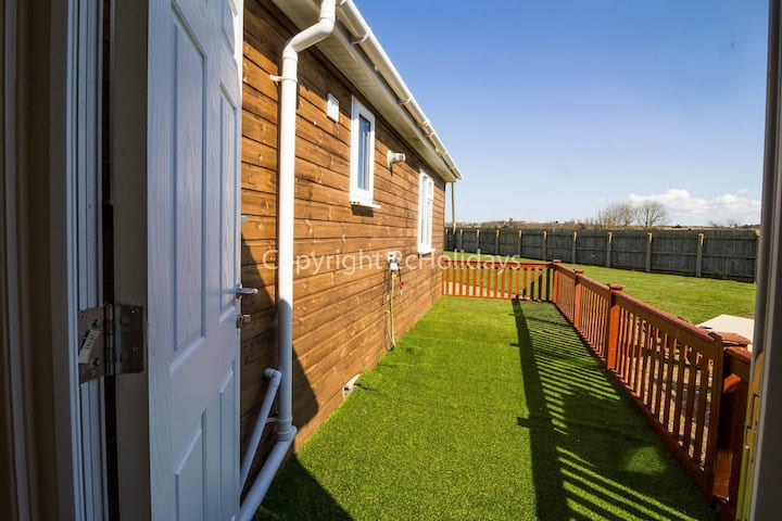 Dog friendly Lodge in Hunstanton by the beach sleeping 5. ref 13015RN