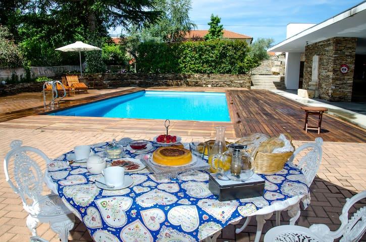Casa com piscina e cozinha rústica