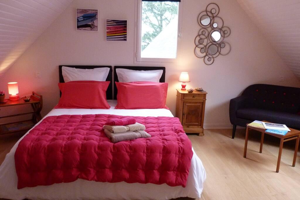 """- La chambre """" Grand Large"""" est la suite VIP avec sa salle de bain privative, son petit boudoir et son balcon privé à l'étage. -Oreillers à mémoire de forme pour une vraie nuit paisible"""