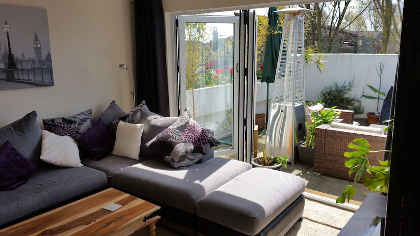 Penthouse exclusive flat- rooftop terrace, hot-tub - South Ockendon - Daire