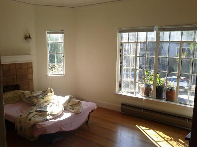 Vintage 2-bdrm apartment by Lake Merritt