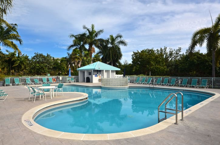 Cozy condo with private balcony, shared hot tub and pool. Close to the beach!