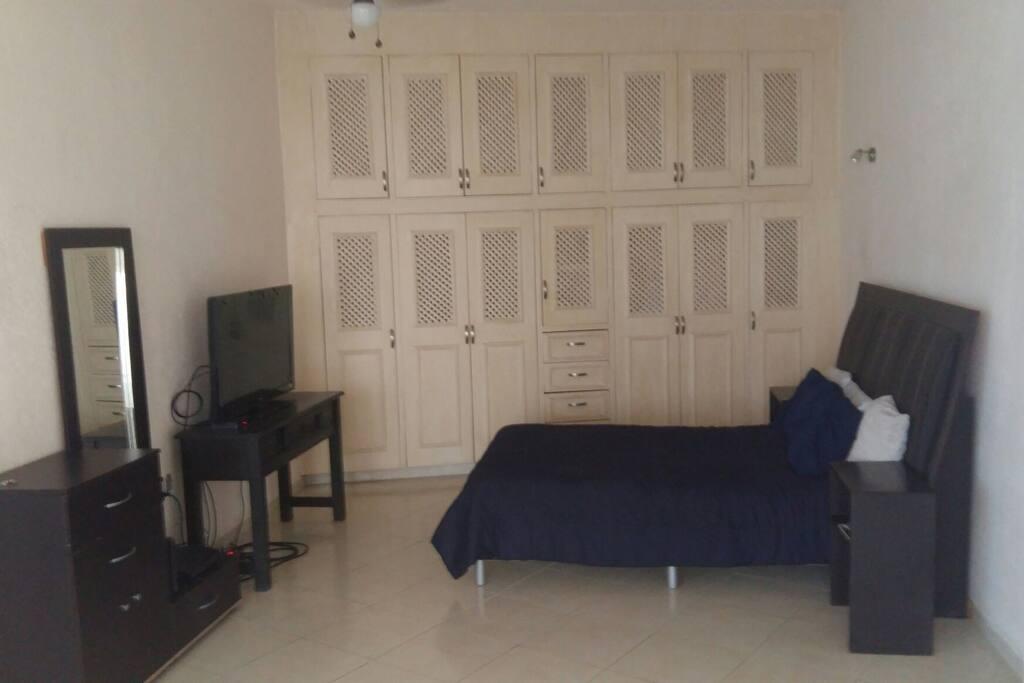 Area de cama con pantalla de 40 pulgadas, cable e internet inalambrico.
